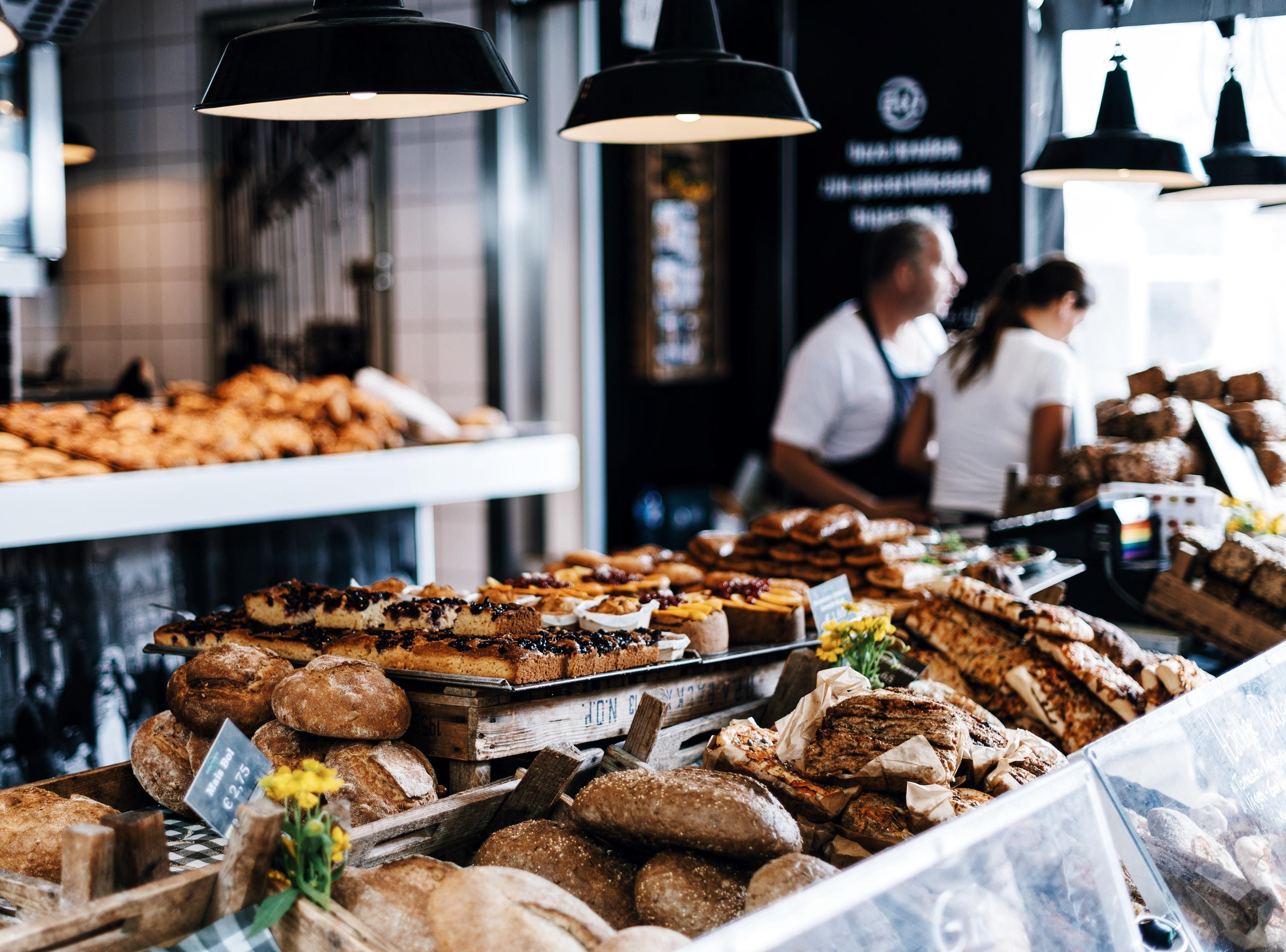 Balcão de padaria com diversos pães e bolos