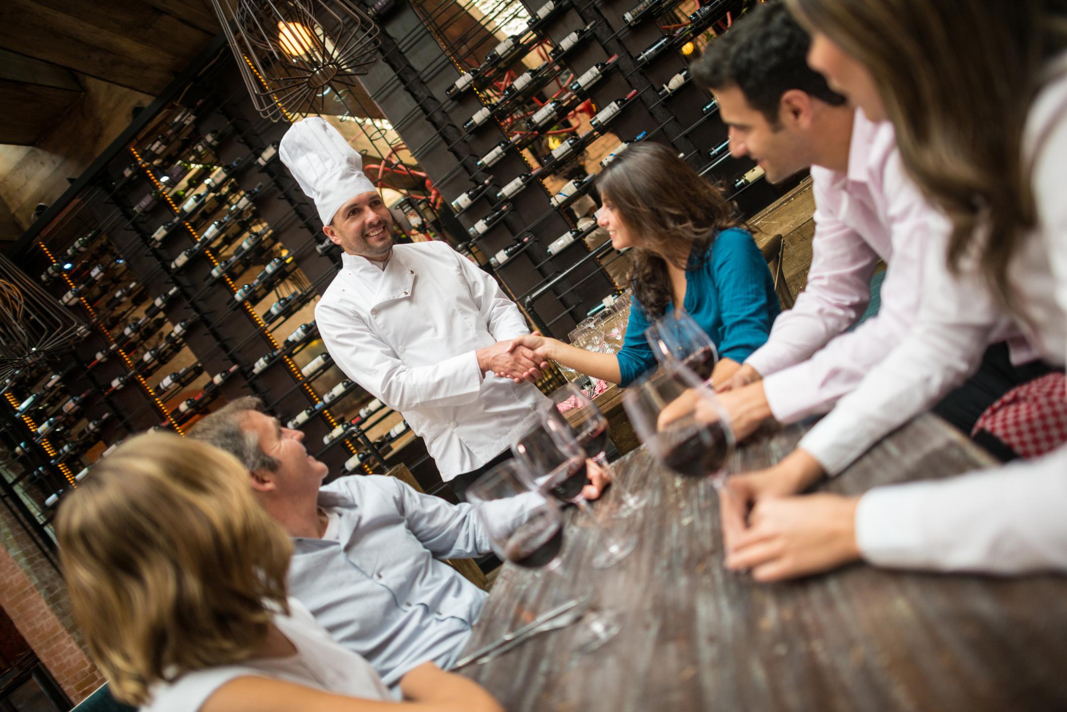 Clientes cumprimentando o chef