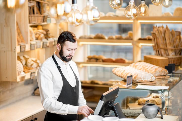 Vendedor em uma padaria