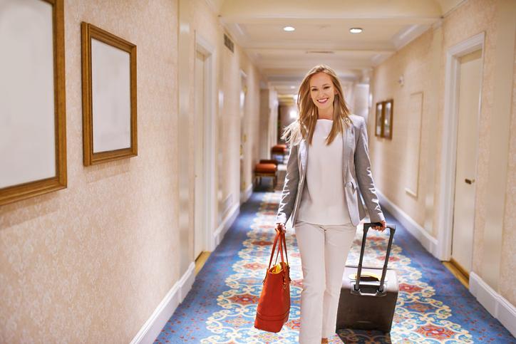 Mulher chegando no quarto de hotel