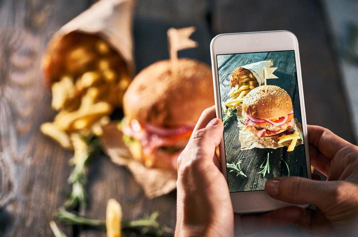 Tirando foto do hamburguer