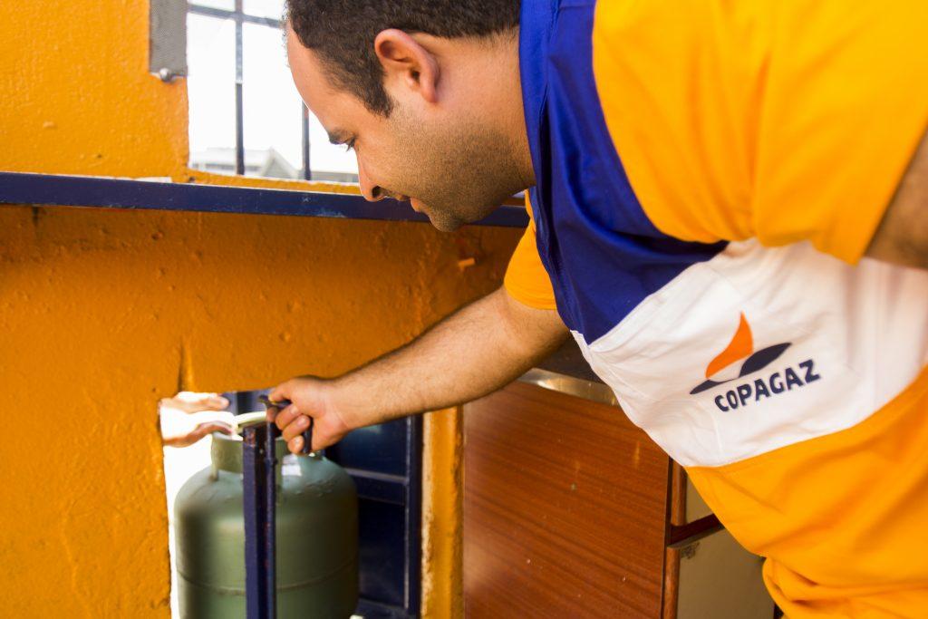 Profissional da Copagaz instalando