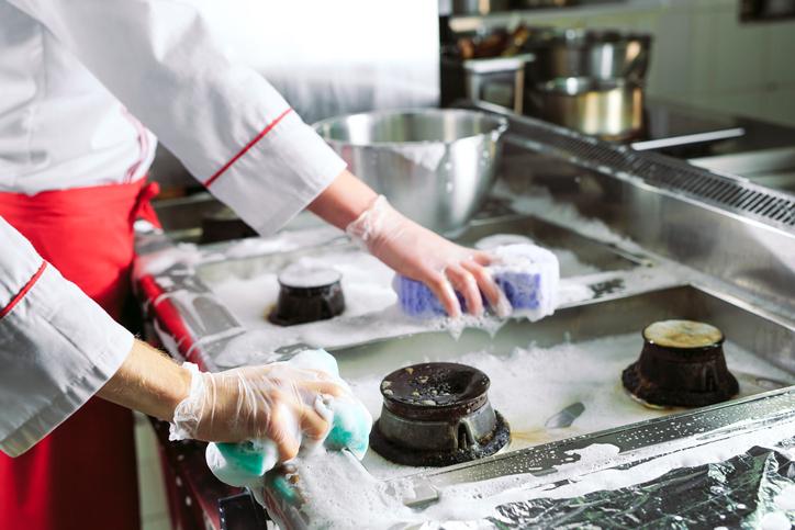 Limpando fogão industrial